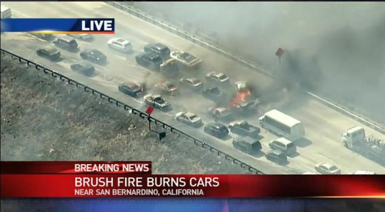 """Las imágenes de televisión muestran que el incendio prácticamente """"se salto"""" a la autopista. (Foto: KATU News)."""