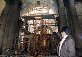 Un integrante del Consejo Pastoral de Xela hace revisiones a la cúpula de la catedral. (Foto Prensa Libre: Carlos Ventura)