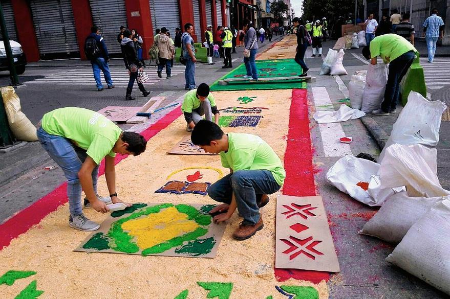 Decenas de voluntarios participan en la elaboración de la Alfombra más grande y que se pretende imponer un nuevo récord. (Foto Prensa Libre: Edwin Bercián).