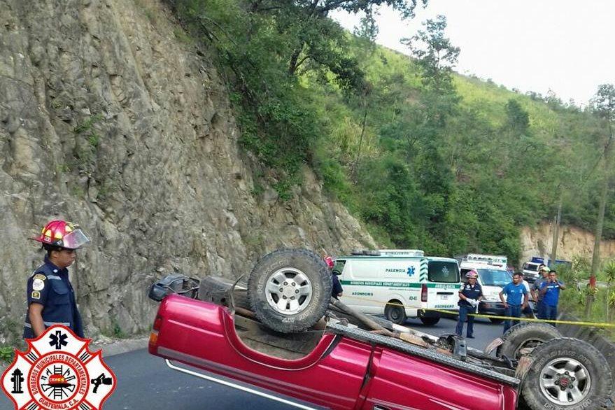 Bomberos permanecen en el lugar del accidente en el km 31 de la ruta a El Salvador. (Foto Prensa Libre: @CBMDeptal)