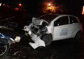Los vehículos que chocaron quedaron inservibles. (Foto Prensa Libre: Renato Melgar)
