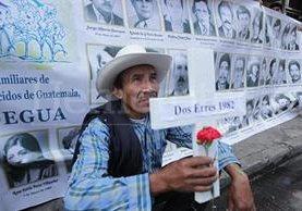 Familiares de víctimas de la masacre de Dos Erres manifiestan exigiendo justicia. (Foto: Hemeroteca PL)