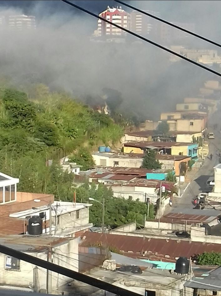 Los cuerpos de socorro aún intentan apagar el fuego en el lugar del accidente.