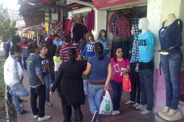 """<p>Cientos de personas hacen sus compras en los negocios de la 19 calle de la zona 3. (FOTO PRENSA LIBRE: Álvaro Interiano)<br _mce_bogus=""""1""""></p>"""
