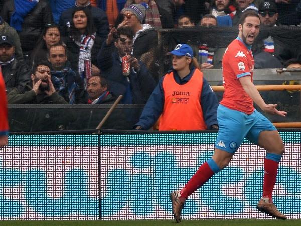 El argentino Gonzalo Higuaín es una de las figuras de la actual campaña italiana, principalmente de su equipo, el Nápoli. (Foto Prensa Libre: EFE)