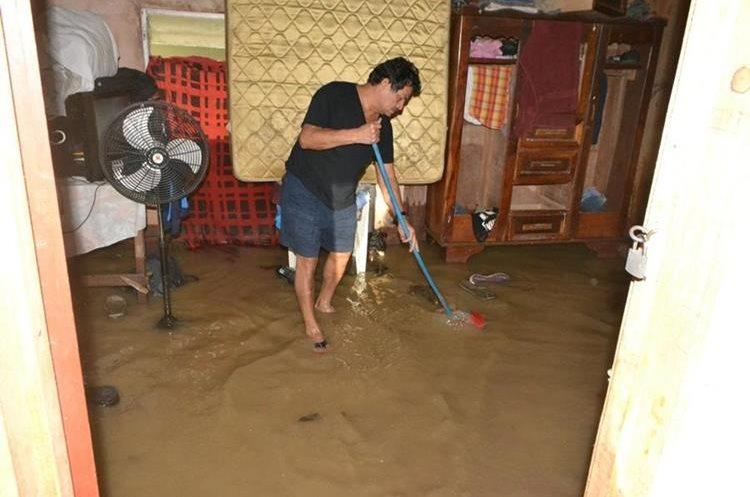 Los afectados buscan sacar el agua de sus viviendas.
