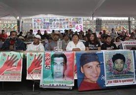 Padres de los normalistas desaparecidos brindaron una conferencia de Prensa. (Foto Prensa Libre: EFE).