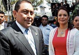 La entonces vicepresidenta, Roxana Baldetti, fue captada el 23 de octubre del 2012 cuando bromeaba con el entonces ministro de Gobernación, Mauricio López Bonilla, en la Casa Presidencial. (Foto Prensa Libre: HemerotecaPL)