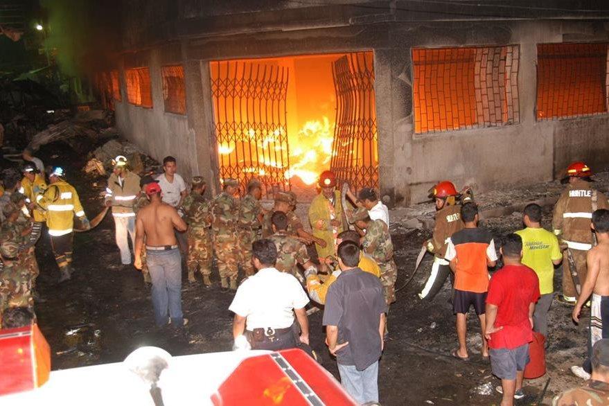 Un incendio en Zacapa arrasó con más de 700 locales el 4 de marzo de 2005. (Foto Prensa Libre: Hemeroteca)