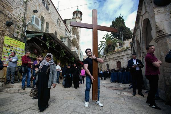 Un peregrino cristiano sostiene una cruz, durante la procesión del Viernes Santo en la Ciudad Vieja de Jerusalén, Israel (Foto Prensa Libre;AP)
