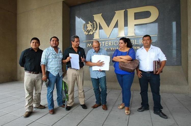 Los vecinos viajaron más de 270 kilómetros desde Lanquín, Alta Verapaz, para presentar la denuncia contra la alcaldesa, Lilian Irlanda Coc Coy, en el MP de la capital. (Foto Prensa Libre: Álvaro Interiano)