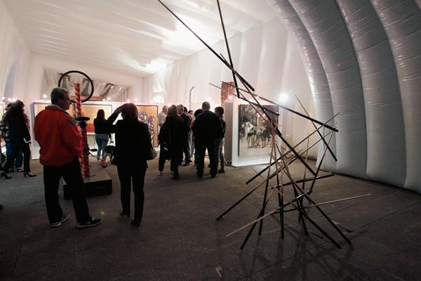 La exposición Construyendo ciudad, instalada en el Pabellón del Arte, reúne más de 80 obras de 50 destacados artistas guatemaltecos. Foto Prensa Lbre: Paulo Raquec.