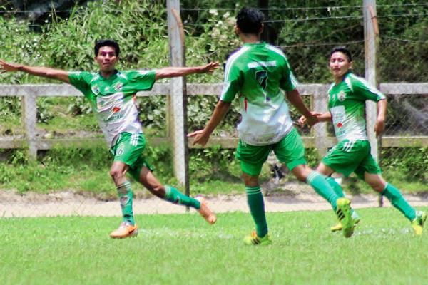 Wencesalo Hernández, festeja con sus compañeros la única anotación del juego.