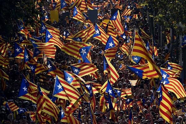 "<em><span class=""hps"">Manifestantes</span> <span class=""hps"">participan en</span><span class=""hps""> las celebraciones</span> <span class=""hps"">del </span><span class=""hps"">Día</span> <span class=""hps"">Nacional de</span> <span class=""hps"">Cataluña.(Foto Prensa Libre:AFP).</span></em>"
