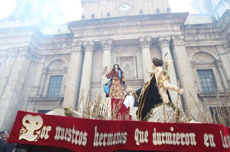 La procesión a su ingreso en Catedral Metropolitana.(Foto Prensa Libre: Erick Ávila)
