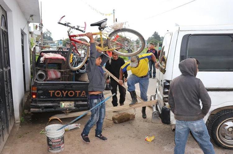 Transportistas bloquen los ingresos a Santa Cruz de Quiché, en protesta por el mal estado de las carreteras. (Foto Prensa Libre: Héctor Cordero)