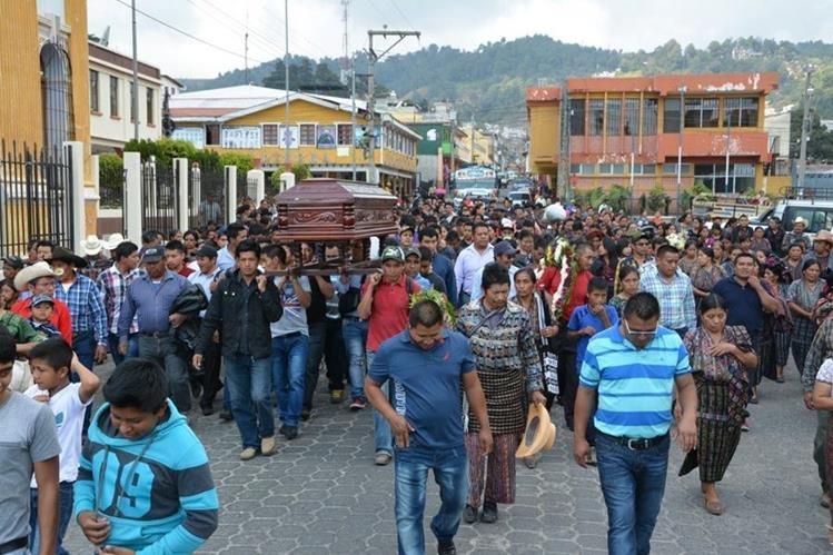 Sepelio de José Elías Chumil en la cabecera de Sololá. (Foto Prensa Libre: Édgar Sáenz).