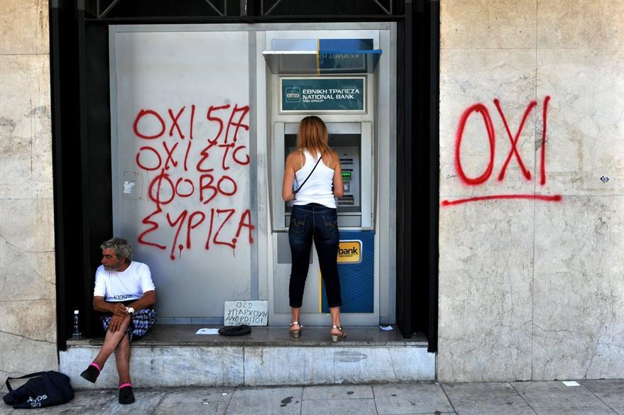 Los griegos siguen padeciendo los efectos de la crisis, la falta de liquidez les impide retirar de los cajeros más de 60 euros al día por persona. (Foto Prensa Libre: AFP).