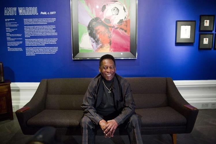 Pelé sonríe a las cámaras en la inauguración de una exposición en su honor. (Foto Prensa Libre: AFP)