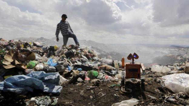 """""""La gente echa al botadero de basura todo tipo de materiales"""", dice Esteban. (REUTERS/DAVID MERCADO)"""