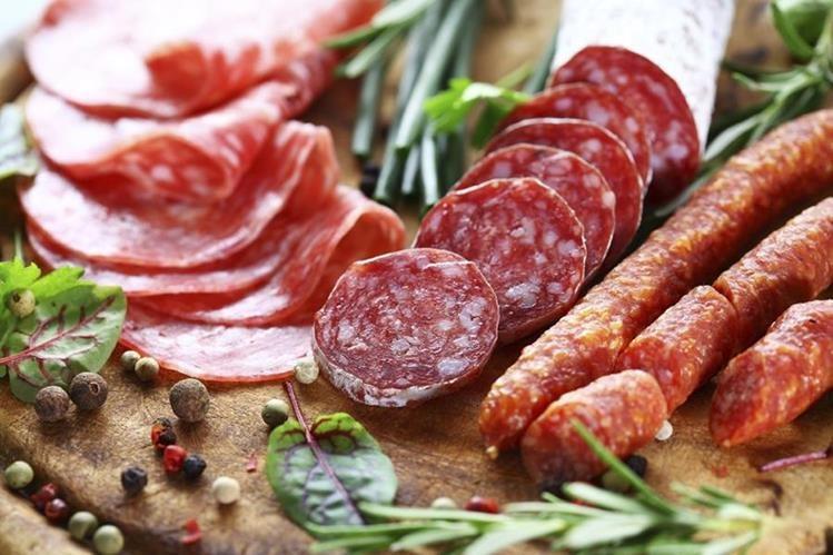 La carne procesada como los embutidos aumenta el riesgo de cáncer colorrectal en 18 por ciento, asegura la OMS.