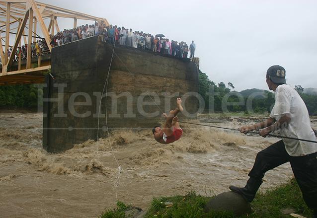 El puente Nahualate en Suchitepéquez fue destruido por las fuertes lluvias, las personas ponían en peligro sus vidas para trasladarse a sus viviendas. (Foto: Hemeroteca PL)