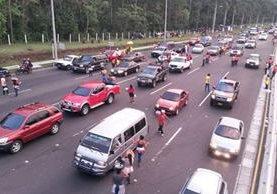 Cola para pasar en las garitas de peaje de la autopista Palín-Escuintla, hacia la capital (Foto Prensa Libre: Enrique Paredes)