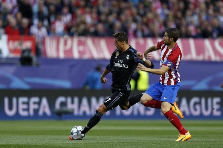Gabriel Fernandez intenta cubrir el disparo del portugués Cristiano Ronaldo.