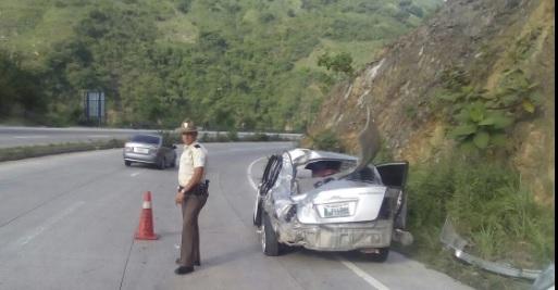 Agente de Provial junto al vehículo que se accidentó en el kilómetro 48 de la ruta al Atlántico. (Foto Prensa Libre: Provial)