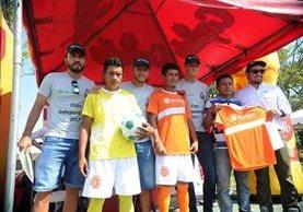 Los jugadores de Municipal, Kamiani Félix, Cristián Jiménez y Nicholas Hagen compartieron con los equipos finalistas de la Copa Independencia de Naturaceites. (Foto Prensa Libre: Edwin Fajardo)
