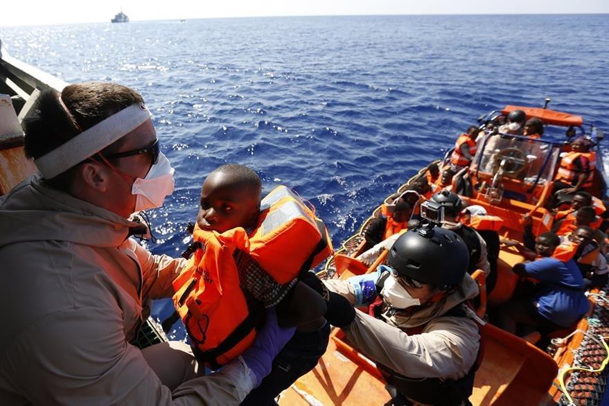 Un niño es rescatado por una embarcación noruega en aguas del mar Mediterráneo. (Foto Prensa Libre: AP).