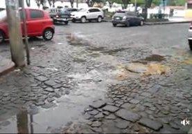 Captura del video que muestra una de las calles empedradas de la aldea Santa Ana con suciedad. (Foto: Facebook)