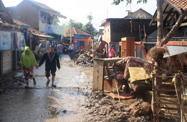La crecida del río Cimanuk causa daños materiales en Garut, de la isla de Java. (AFP).