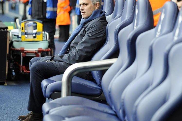 El técnico portugués José Mourinho le deseó buena suerte y éxitos a Gary Neville en el Valencia. (Foto Prensa Libre: EFE)