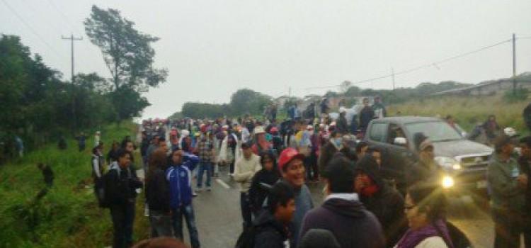 Los manifestantes protestan contra una evaluación obligatoria de su trabajo.