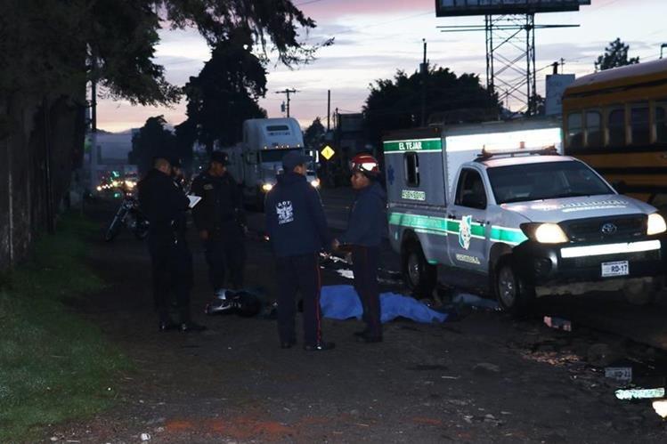 Los socorristas observan el cuerpo del piloto de la motocicleta, el cual quedó a un costado de la ruta Interamericana, en Chimaltenango. (Foto Prensa Libre: Víctor Chamalé)