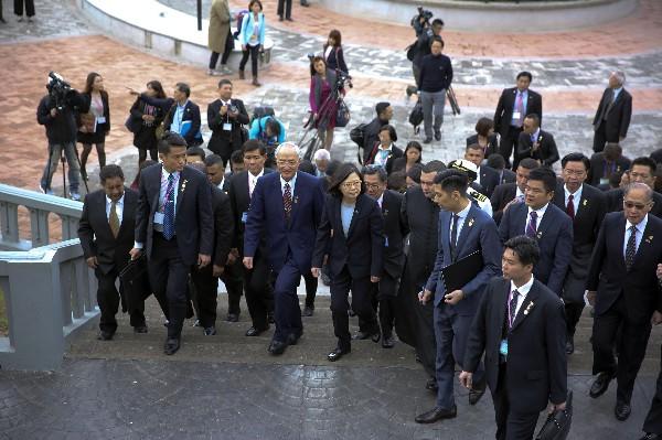Tsai Ing-wen (c) llega al Santurio de Suyapa en Tegucigalpa. (EFE).
