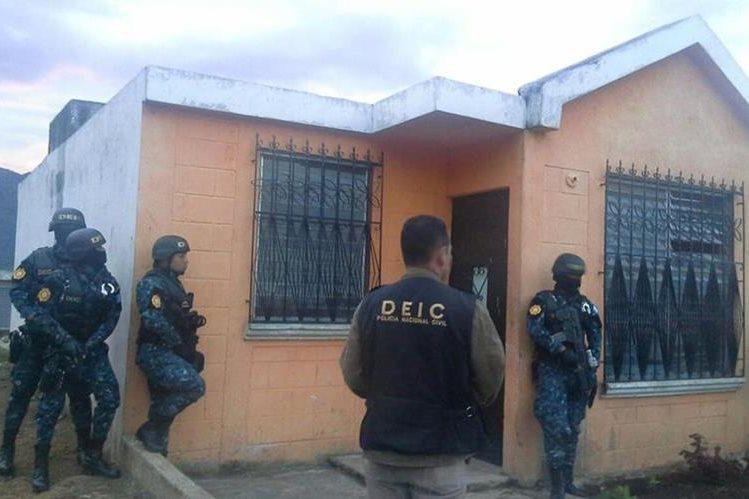 Agentes de la PNC allanan una vivienda en Escuintla, en busca de sindicados de asesinato en grado de tentativa. (Foto Prensa Libre: PNC)