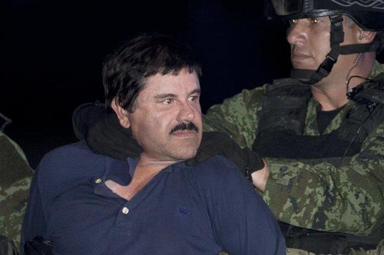"Joaquín el ""Chapo"" Guzmán es escoltado a un helicóptero por soldados e infantes de marina.(AP)."