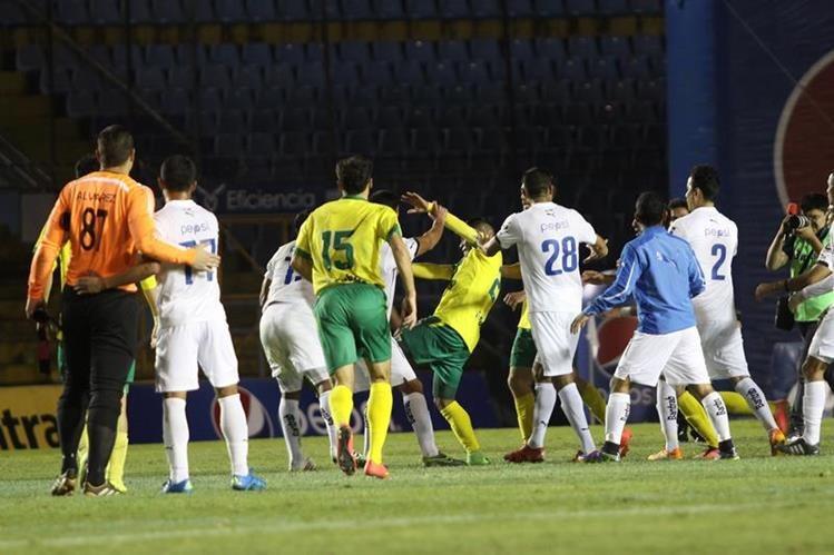Al final del partido entre cremas y Petapa, los jugadores discutieron. (Foto Prensa Libre: Jesús Cuque)