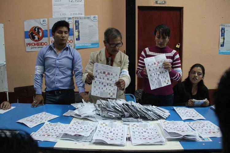 Juntas Receptoras de Votos efectúan conteo de papeletas en Huehuetenango. (Foto Prensa Libre: Mike Castillo)