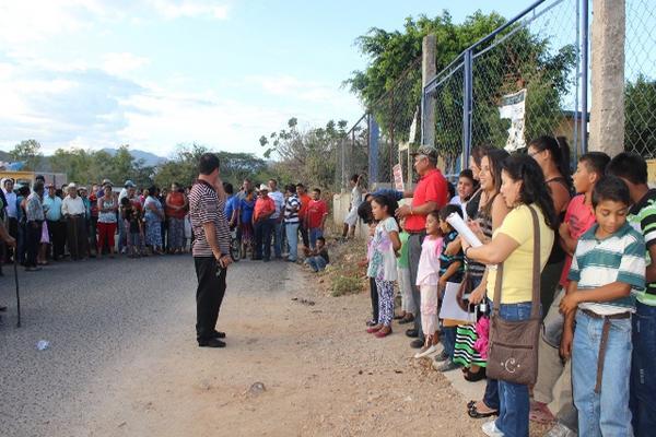 <p>Pobladores permanecen frente a la escuela del barrio Cielito Lindo, cabecera de Jutiapa. (Foto Prensa Libre: Óscar González) <br></p>