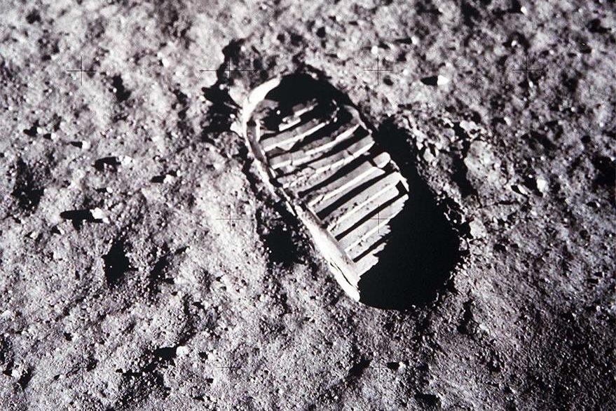 """El 20 de julio de 1968 el mundo fue testigo del evento más importante en el mundo de la astronomía y astronáutica: la llegada del hombre a la luna la cual quedó graficada con esta memorable huella. """"Un pequeño paso para el hombre, un gran salto para la Humanidad"""", dijo Edwin Aldrin uno de los que viajaban en la misión. (Foto Prensa Libre: Hemeroteca PL)."""