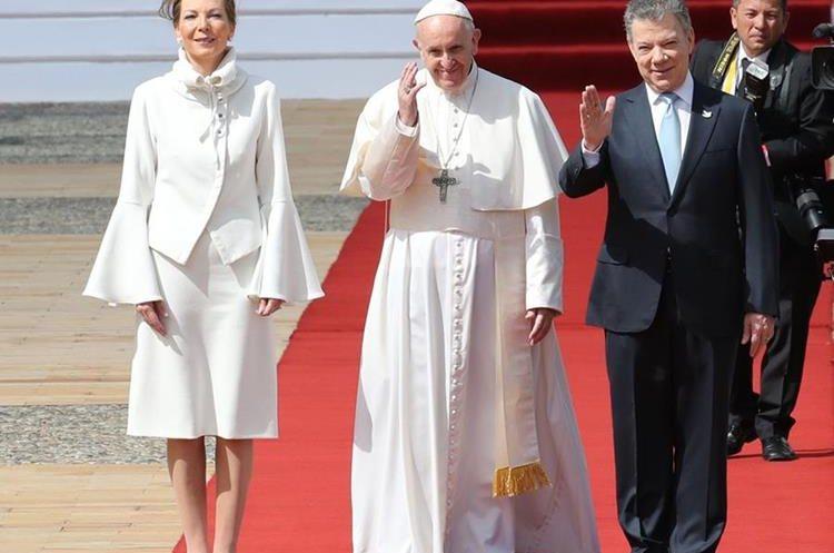 El papa Francisco fue recibido por el presidente colombiano Juan Manuel Santos y su esposa. (Foto Prensa Libre: EFE)