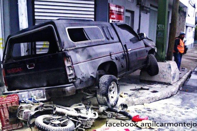La motocicleta se incendió al impacto contra el vehículo. (Foto Prensa Libre: Amílcar Montejo)