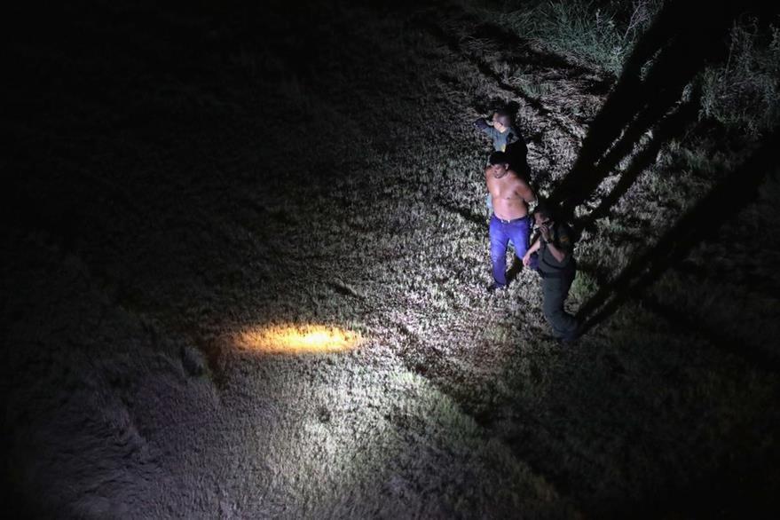 La inmigración ilegal ha aumentado en 2016. En la fotografía un guardia fronterizo captura a un indocumentado. (Foto Prensa Libre: AFP).