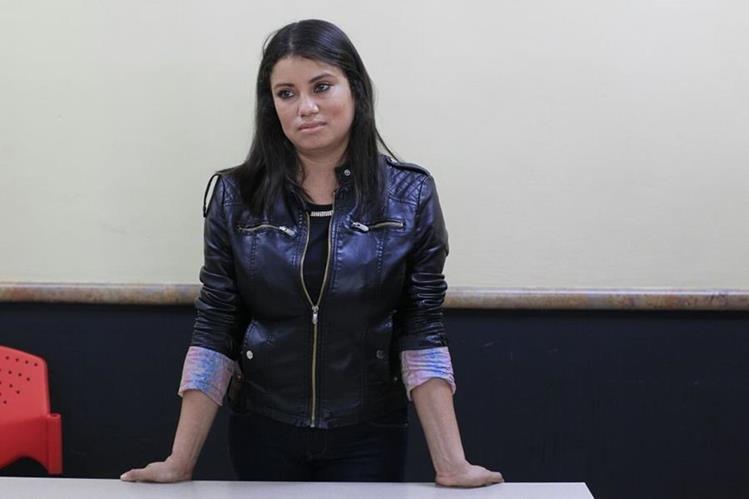Celia Osorio aguarda la entrega del reconocimiento por su desempeño como agente de seguridad del OJ. (Foto Prensa Libre: Edwin Bercián)