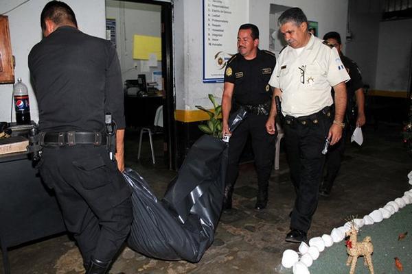 <p>La Policía trasladó el cadáver del reo a la morgue de la localidad para determinar la causa de la muerte. (Foto Prensa Libre: Rolando Miranda)<br></p>