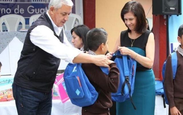 El expresidente Otto Pérez Molina y la exministra Cinthia del Águila entregaron las mochilas.