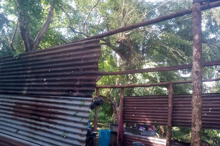 Al menos 20 viviendas resultaron con daños por la torrencial lluvia. (Foto Prensa Libre: Cristian Icó)